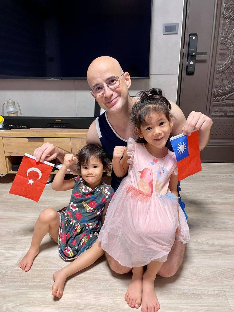 ▲吳鳳父女為台灣及土耳其選手應援。(圖/吳鳳臉書)