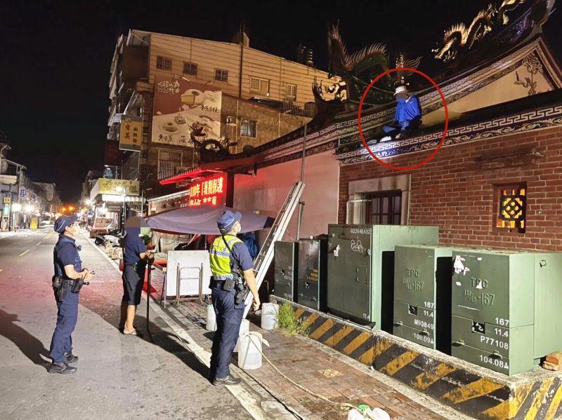 ▲嫌犯攀爬至屋頂上欲離開時,就被警方及廟祝發現,當場人贓俱獲。(圖/翻攝畫面)