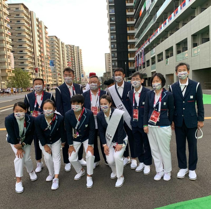 ▲中華隊由掌旗官盧彥勳、郭婞淳帶領中華隊代表團選手入場。(圖取自國訓中心FB)
