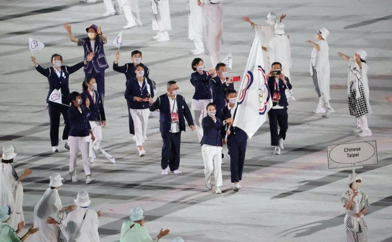 ▲盧彥勳(右)、郭婞淳擔任掌旗官。(圖/奧會提供)
