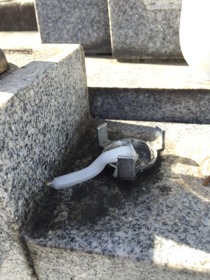 ▲日本長樂寺的蠟燭熱到歪腰。(圖/翻攝自@nasu_chourakuji推特)