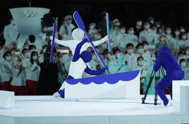 ▲主辦國日本更將台灣人也熟悉的經典綜藝節目「超級變變變」搬上舞台,成功吸引在場各國代表團注目。(圖/美聯社/達志影像)