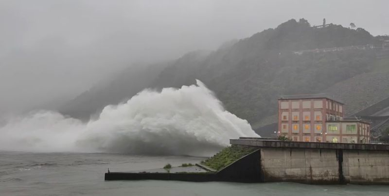 ▲北水局今日10時開啓溢洪道洩洪,這也是108年利奇馬颱風後,石門水庫再次開啓溢洪道。(圖/北水局提供)