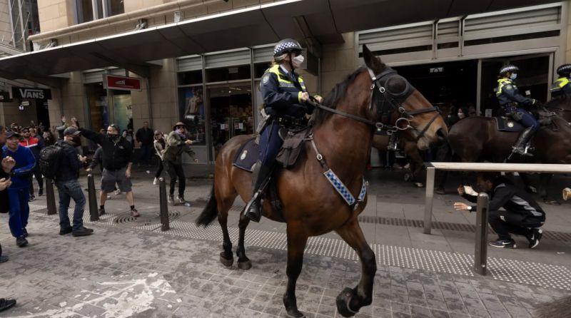 ▲數以千計反對防疫封鎖令的抗議群眾在澳洲兩座最大城市雪梨及墨爾本聚集,其中雪梨爆發警民衝突。(圖/翻攝自Sydney Morning Herald)