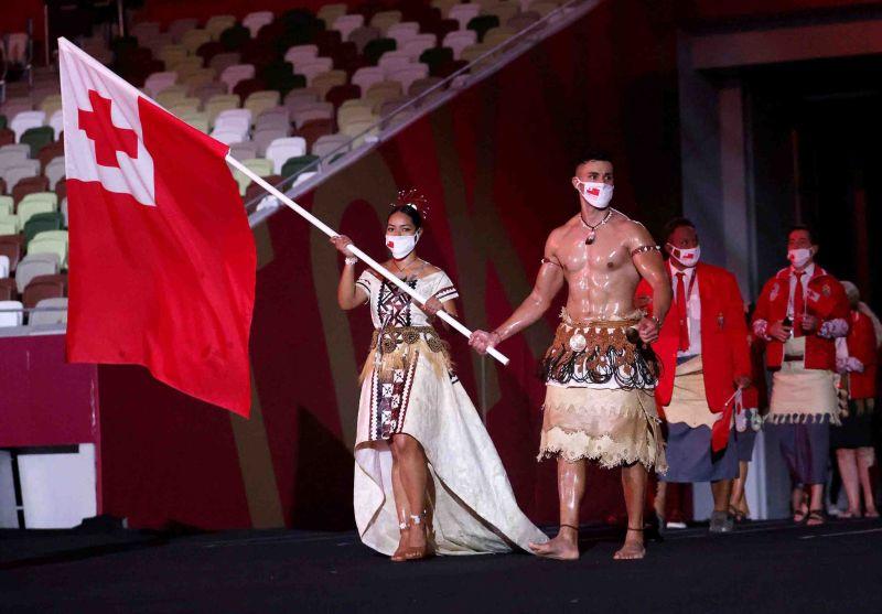 ▲東加王國的猛男掌旗官陶法多夫瓦(Pita Taufatofua)今年奧運再度上身赤膊露出油光亮澤的肌肉登場。(圖/取自奧運官方推特)