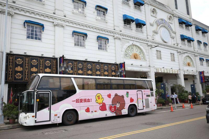 ▲台中捐血中心捐血車開往東區新天地餐廳舉辦捐血活動。(圖/新天地提供)