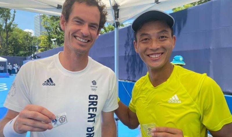 ▲得知他要退役,英國名將Andy Murray也給予這位台灣好手祝福,兩人還交換了奧運勳章。(圖/取自盧彥勳臉書)