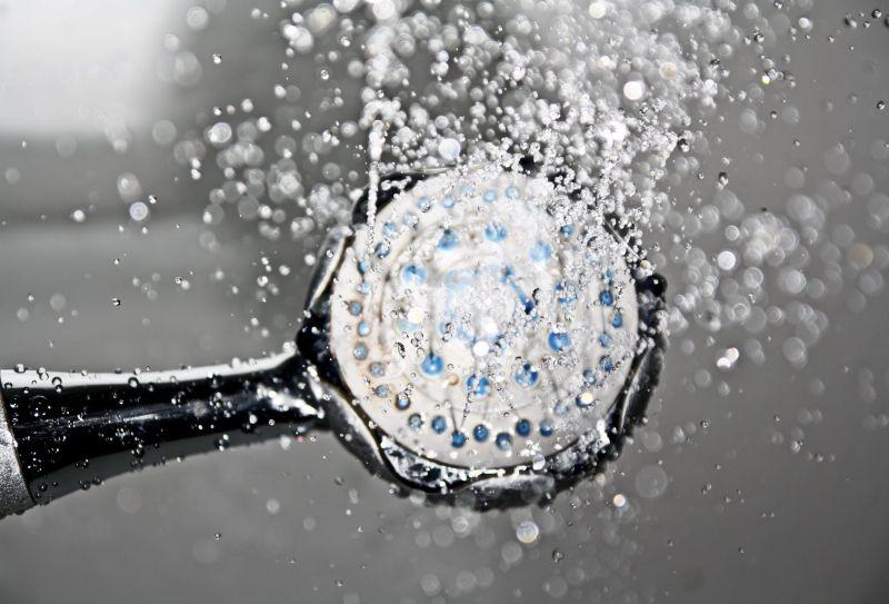 ▲鄰居提醒加裝百葉窗,竟是因為姐妹倆洗澡時,從外面可以清楚看見。(示意圖/翻攝自《pexels》