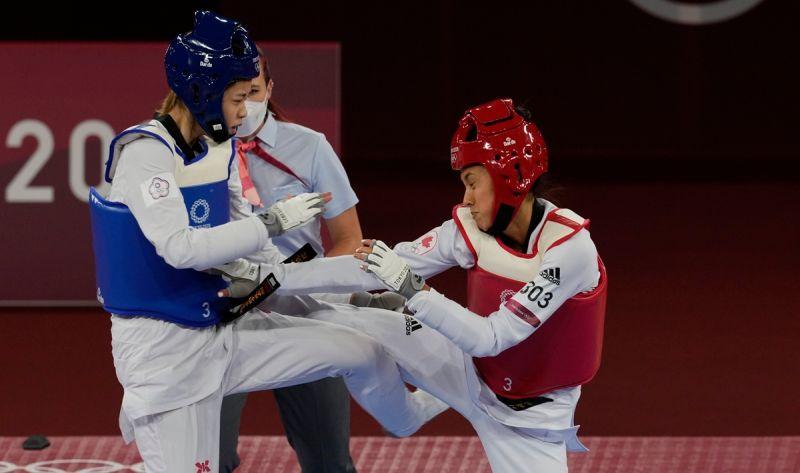 ▲東京奧運跆拳道國手羅嘉翎(藍)進入4強賽。(圖/美聯社/達志影像)