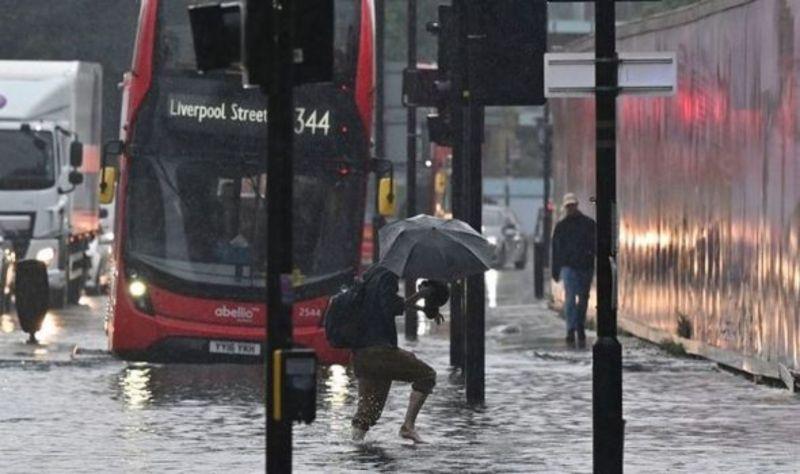 ▲英國首都倫敦25日又降下伴隨隆隆雷聲的豪大雨,市區街道多處積水,公車與各型車輛受困其中動彈不得。(圖/翻攝自Express)