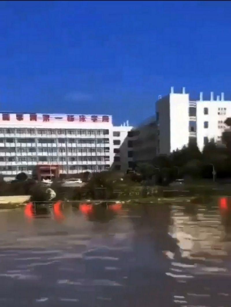 ▲衞輝市淹水災情慘重。(圖/翻攝自微博)