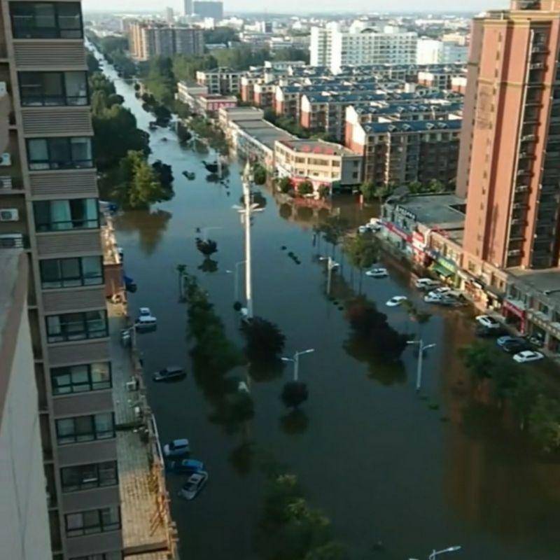 ▲中國河南省暴雨成災,新鄉市轄下衞輝市直到25日都仍泡在水裡。(圖/翻攝自微博)