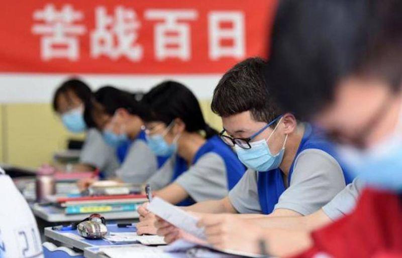 ▲中國內卷問題在高考下尤為明顯,《彭博社》分析,管制補教業除了牽涉到金融整治問題,也是為了解決擔憂內部競爭而少子化的因素。(圖/翻攝自微博)