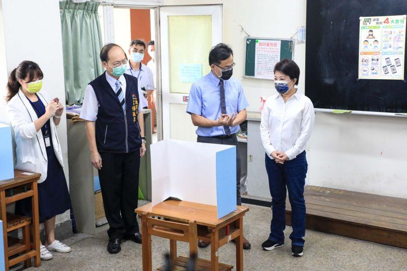 ▲市長盧秀燕前往台中一中了解考場防疫工作,要求加嚴加密各項防疫措施(圖/市政府提供2021.7.26)