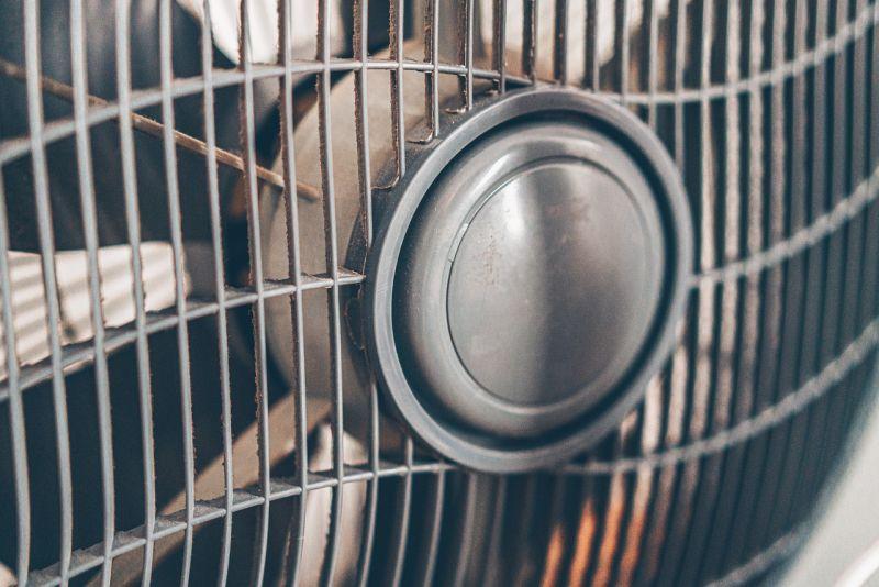 ▲原PO一家人與長輩同住,孩子早上9點多在家吹電扇,就遭到長輩碎念,令她相當無奈。(示意圖/翻攝自Pixabay)