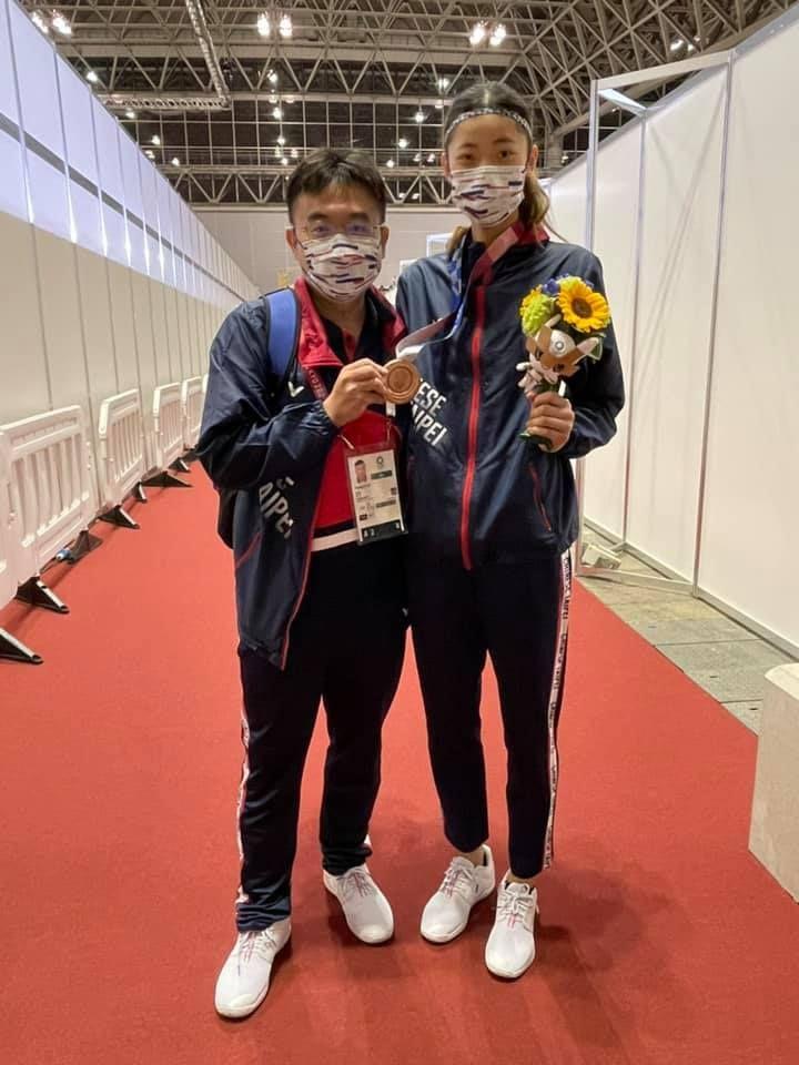 ▲羅嘉翎(右)奪銅牌,教練劉聰達功不可沒。(圖/黃雨欣臉書)