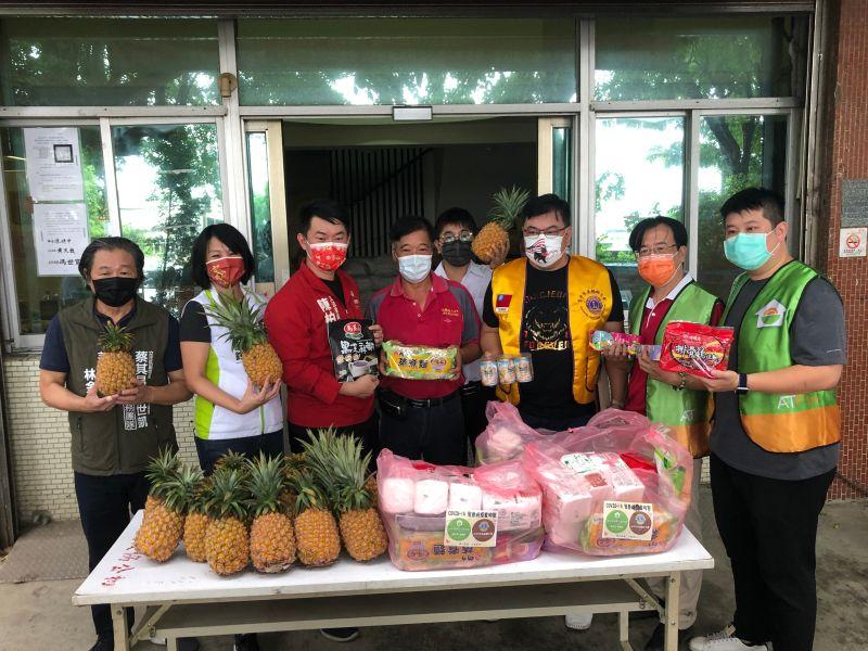 疫情衝擊生計 陳柏惟號召挺農民助弱勢捐食物包