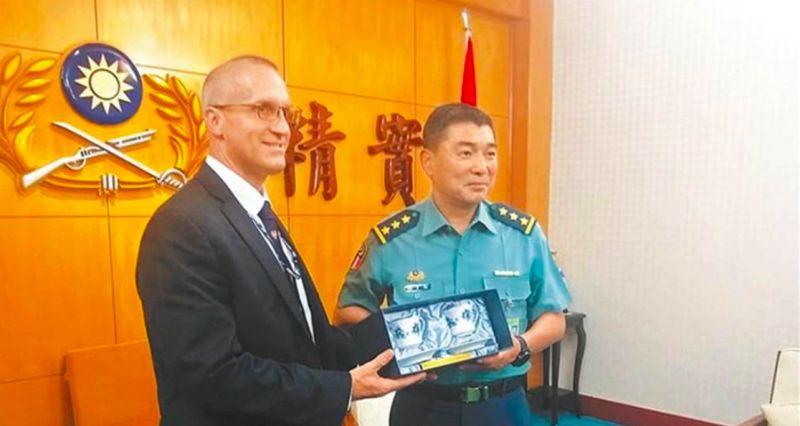 ▲AIT軍事合作辦公室主任葛沛迪上校,去年與g時任陸軍司令陳寶餘在AIT內會面。(圖/翻攝AIT臉書)