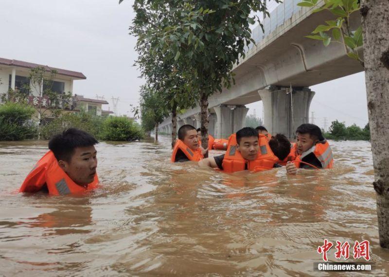 ▲救援人員展開行動,救助遭到洪水受困的民眾。(圖/翻攝自中新網)