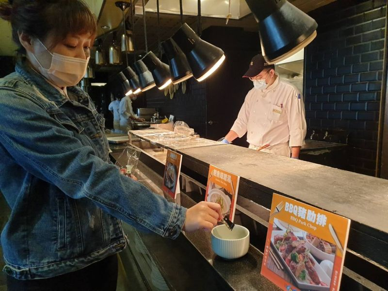 ▲「漢來海港自助餐廳」除了隔桌帶位外,也將施行桌號夾點菜的方式。(圖/漢來美食提供)