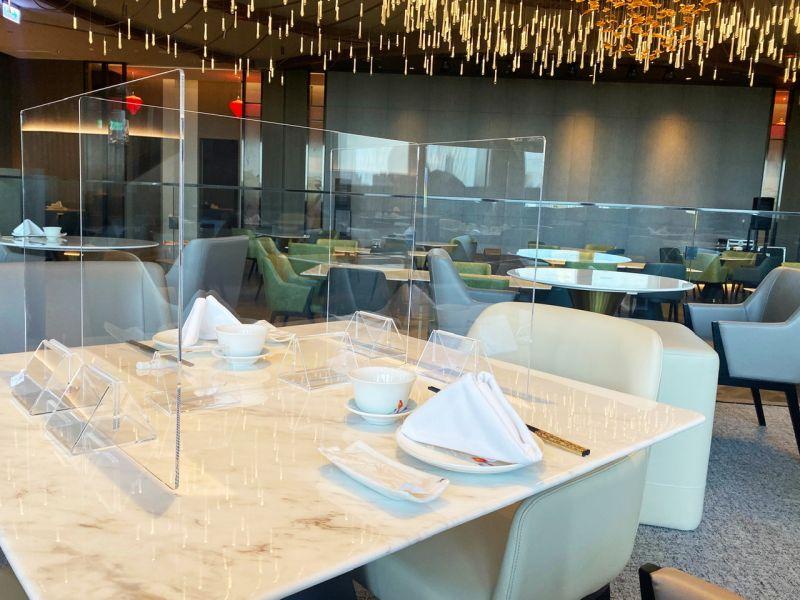 ▲除了ㄇ字型隔板,如果是點中式佳餚,兩個人用餐會事先予以「分菜」,共餐不共食。(圖/高雄萬豪酒店提供)