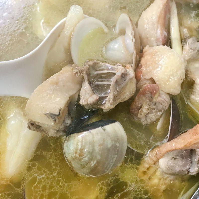 ▲苦瓜蛤蜊雞湯只要多「1步驟」,就可以輕易減少苦瓜的苦味,讓湯頭更加鮮美。(圖/翻攝自《廚藝公社》)
