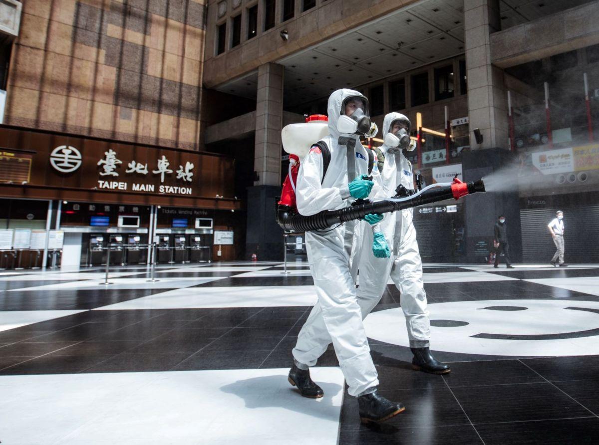 ▲33化學兵群官兵於台北車站執行大範圍消毒任務。(圖/軍聞社提供)