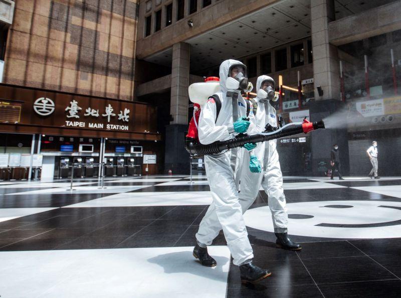 北車爆發群聚感染 化學兵協助車站周邊消毒