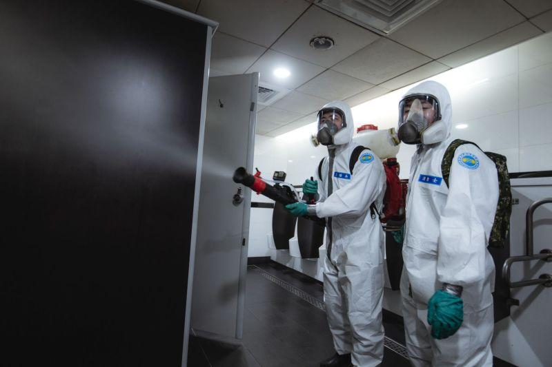 ▲化學兵針對公共廁所實施消毒。(圖/軍聞社提供)