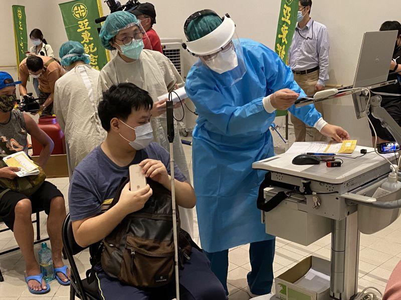 替視障族群打疫苗 亞東醫院籲:任何一個廠牌皆有保護力