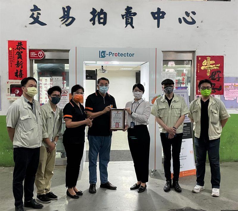 三重果菜市場獲贈「防疫門」 國際獅子會送消防局防護罩