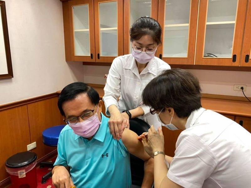 接種第二劑AZ疫苗 陳水扁:比第一劑更舒服、謝謝日本