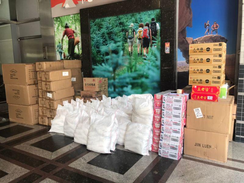 ▲中國附醫偕企業捐贈的筆電及白米等物資堆得像小山。(圖/中國附醫提供)