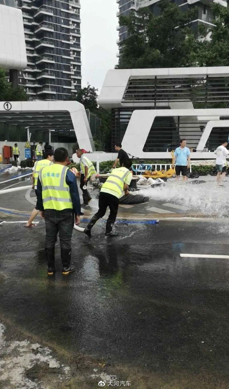 ▲鄭州高級社區地下停車場淹水,工作人員正在進行抽水排水作業。(圖/翻攝自微博)