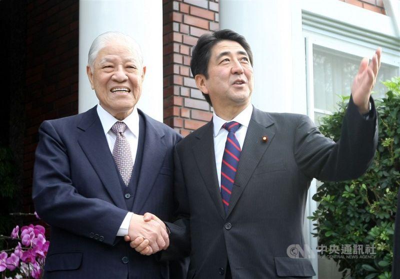 ▲日本前首相安倍晉三(右)接受產經新聞專訪表示,世上沒有像李前總統那樣為日本著想的領導人,只要情況允許,想到台灣掃墓。圖為故總統李登輝(左)2010年10月31日在外雙溪翠山莊會見時任日本首相安倍晉三。(中央社檔案照片)