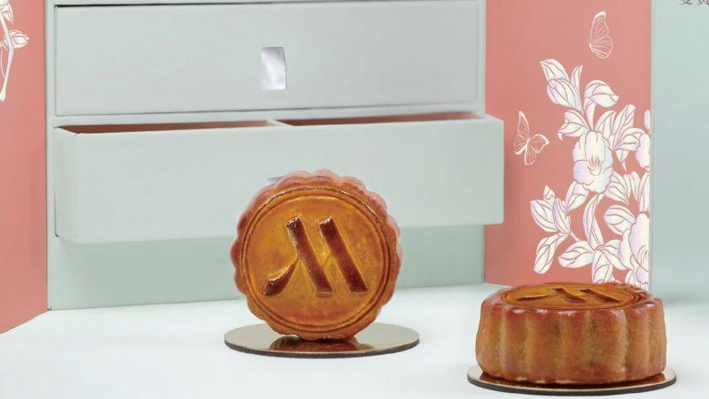 ▲高雄萬豪酒店打造兩款中秋禮盒,有傳統廣式口味,也推出蛋黃酥及綠豆椪。(圖/高雄萬豪酒店提供)