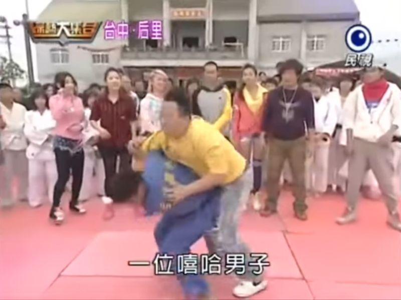 ▲▼楊勇緯(左)在鏡頭前輕鬆過肩摔董至成(右)。(圖/翻攝綜藝大集合)