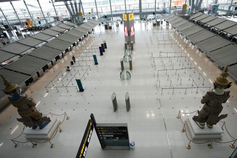 ▲泰國疫情升溫,曼谷機場的一座倉庫改建成臨時醫院,已收治更多輕症患者。圖為泰國素萬那普機場。(圖/美聯社/達志影像)