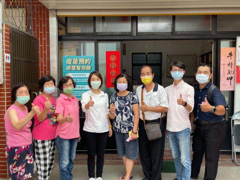 竹市議員李妍慧團隊 幫長者登記預約疫苗
