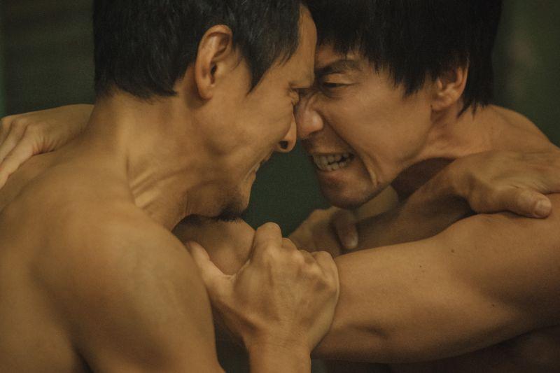 ▲吳彥祖(左)、王千源(右)在澡堂「赤膊對決」。(圖/華映娛樂提供)