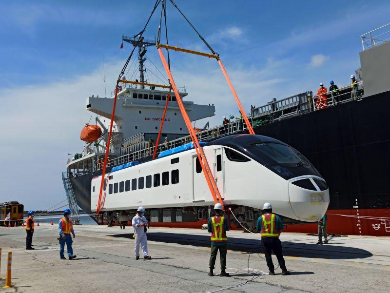 ▲台鐵局首批EMU3000新型城際列車於今(30)日上午自花蓮港抵台,未來將優先投入東部幹線疏運。(圖/交通部提供)