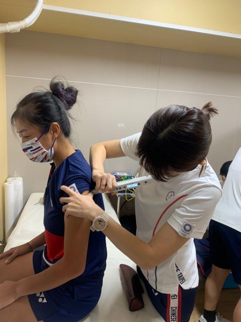 ▲選手在中華隊醫務室進行雷射針灸治療。(圖/高雄長庚提供)