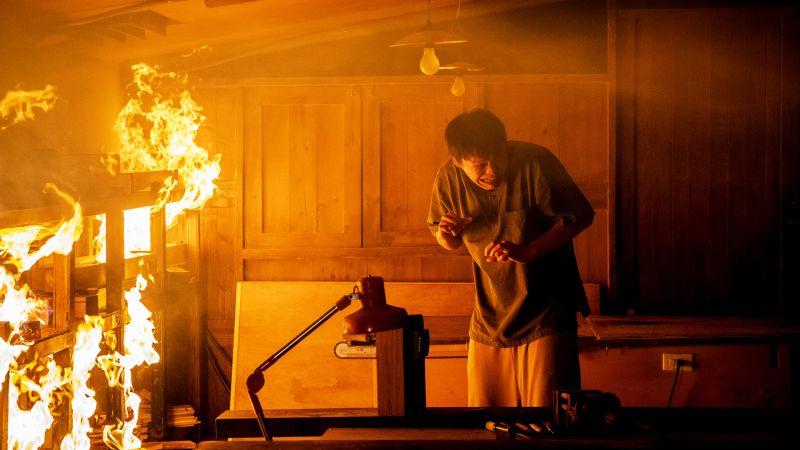 ▲黃鐙輝離火太近很怕被燒到。(圖/東森、映畫提供)