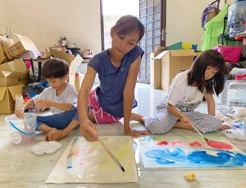 ▲蕾媽(中)決定留下來照顧孩子。(圖/林慈惠臉書)