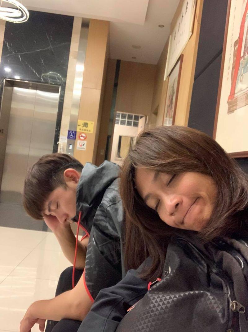 ▲蕾媽(右)謝謝宥勝(左)對家人的付出。(圖/林慈惠臉書)