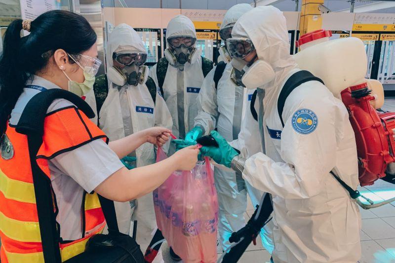 ▲板橋捷運站值班站長送上運動飲料,感謝化學兵協助消毒。(圖/軍聞社提供)