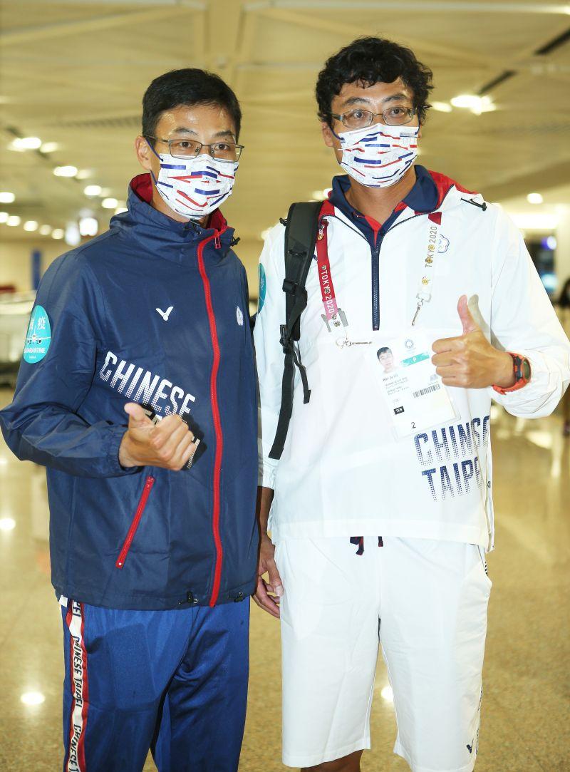 ▲盧彥勳(藍)與哥哥盧威儒回國。(圖/體育署提供)