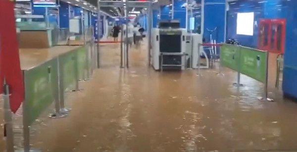 ▲連地鐵票口閘門也都泡在水裡(圖/翻攝自微博)