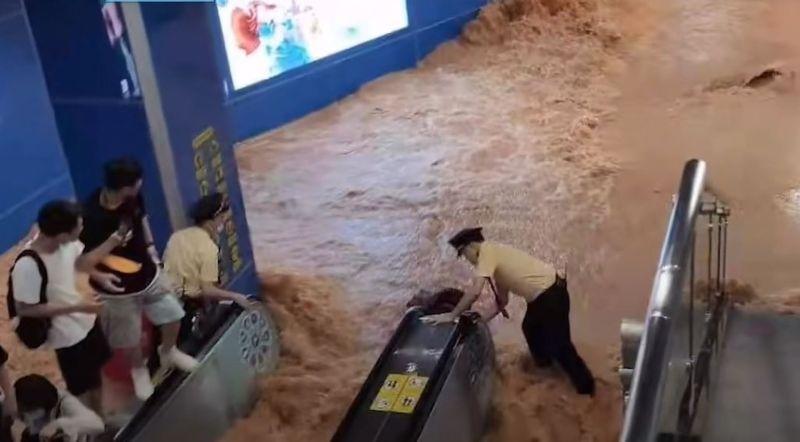 ▲中國廣州30日中午下暴雨,導致神舟路地鐵站淹水。(圖/翻攝自《香港01》)