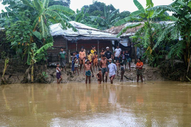 ▲孟加拉官員表示,東南部地區洪水與土石流肆虐,已造成數十村莊的超過30萬民眾受困,至少有20人喪生,包括6名來自緬甸的洛興雅族(Rohingya)難民。(圖/美聯社/達志影像)